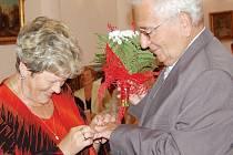 Zlatou svatbu na radnici v Tachově oslavili Karel a Růžena Charvátovi z Tachova.