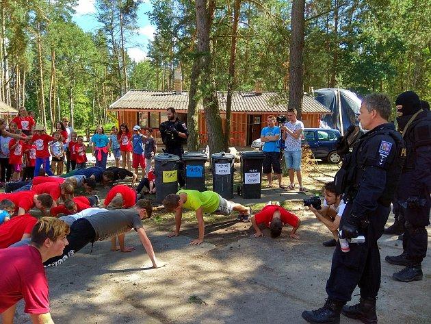 Táborníci se seznámili s prací policistů, některé úkony si mohli i sami vyzkoušet.