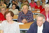 V Tachově byl zahájen pilotní projekt University třetího věku. Do lavic v Regionálním vzdělávacím a informačním středisku zasedlo více než sedmdesát seniorů.