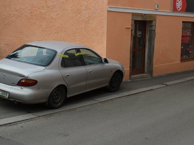 Auto, které řídil muž pod vlivem pervitinu, narazilo do domu u náměstí.