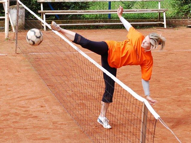 Nohejbal si přijela do Lesné na tradiční turnaj smíšených dvojic zahrát také bývalá mistryně Evropy Barbora Folderová.