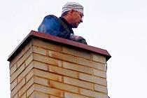 Kominíků je opravdu málo. V celém okrese pracují jen čtyři a sehnat je, to je podle některých nadliský úkon. Jiří Reil, kvalifikovaný kominík právě čistí komín v Plané.