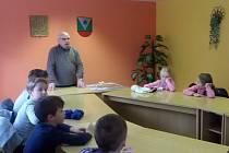 Školáci ze Základní školy Halže diskutovali se starostou obce Františkem Čurkou.