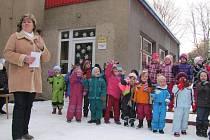 Besídka na sněhu. V úvodu besídky zamávaly děti ze školky v Sadové ulici svým blízkým a zazpívaly jim koledy
