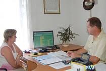 Průběh historicky první elektronické aukce na dovybavení kanceláří sledovali v budově Městského úřadu v Tachově vedoucí majetkoprávního odboru Drahomíra Červenková a tajemník Zdeněk Uhlík