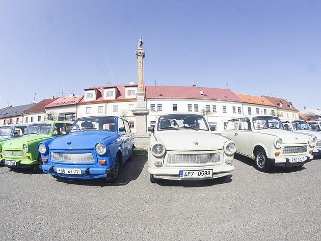 Více jak dvacítka legendárních Trabantů se setkala na náměstí vKladrubech