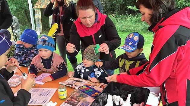 V Kostelci připravili pro děti procházku pohádkovým lesem