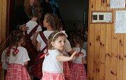Vítání jara v podání dětí a to i těch nejmenších se v sobotu konalo ve škole v Halži.