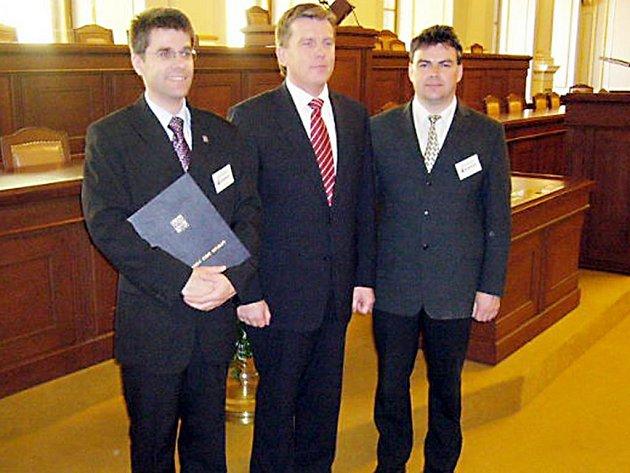 Dekret převzali od předsedy Sněmovny Miroslava Vlčka (uprostřed) místostarosta Petr Myslivec a starosta Petr Kovařík (zleva).