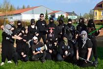 Černě oděné postavy v kuklách ozbrojené pistolemi, meči, samopaly i motorou pilou vtrhly do Střední odborné školy ve Stříbře.