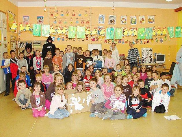 Druháci z tachovské základní školy v Hornické ulici přenocovaly ve škole.