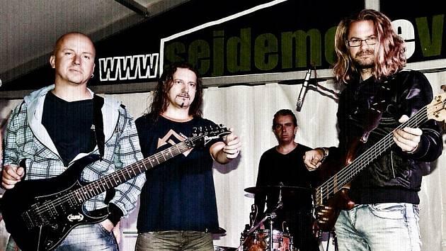 Stříbrská metalová skupina Coward zahrála na vernisáži výstavy borských výtvarníků v bavorském městě Freising.