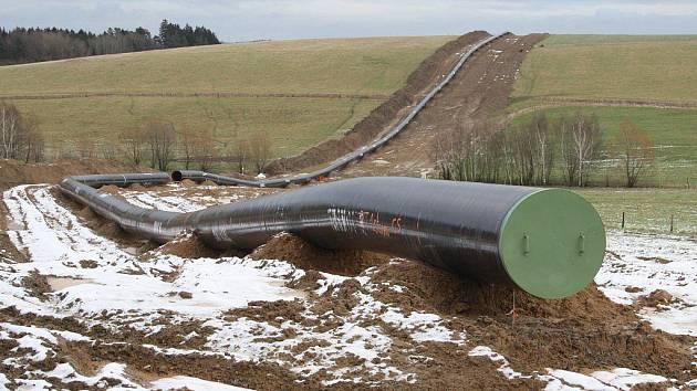 PLYNOVOD GAZELA. Podobné úseky s připraveným plynovodním potrubím jsou k vidění na mnoha místech tachovského okresu. Na snímku úsek u Kundratic.