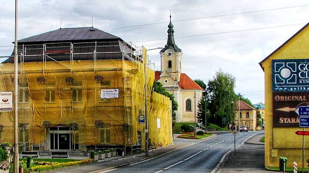 Původně zámek z roku 1734 byl po válce přestavěn na kulturní zařízení, nyní budova dostává novou fasádu.