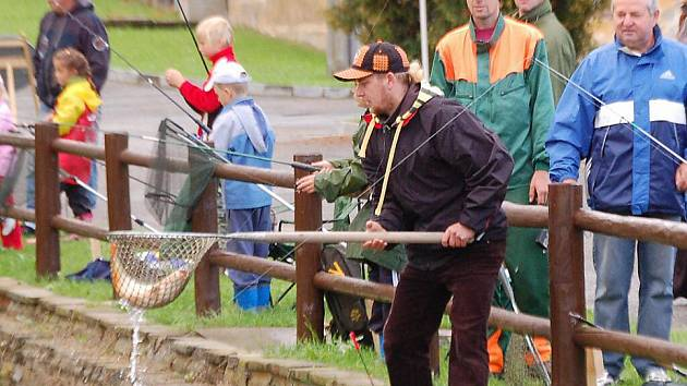 Na Kohouťáku v Chodové Plané soutěžili závodníci v lovu ryb.