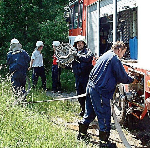 Přimdští a třískolupští hasiči uspořádali o víkendu součinnostní cvičení. Tématem byla přeprava vody.