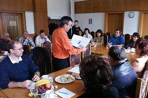 Starosta Kostelce František Trhlík (na snímku) při pracovní schůzce prezentoval článek v Tachovském deníku.