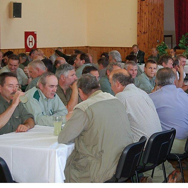 Myslivci zcela zaplnili v pátek odpoledne při svém sněmu kulturní dům v Dlouhém Újezdě.
