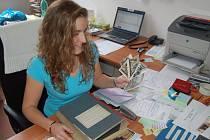ŠKOLA SLAVÍ. Lenka Chybová (na snímku) z oslavy pořádajícího REVISu  ukazuje několik dobových fotografií.