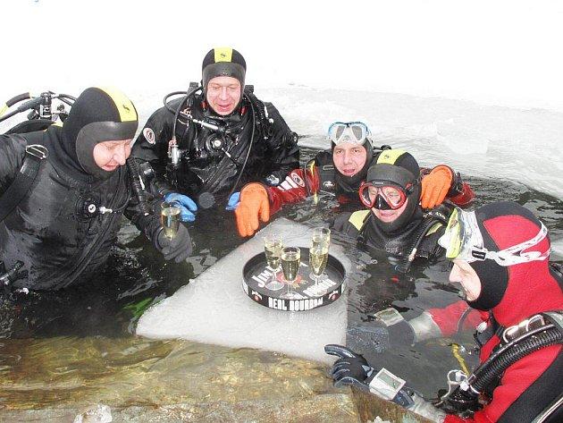 Tachovští potápěči a organizátoři mezinárodního festivalu potápěčského filmu a fotografie PAF Tachov se rozloučili s prošlým rokem tradičním přípitkem na ledové kře v lomečku u Pavlovic.