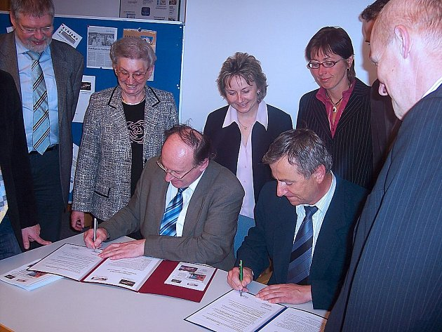 Smlouvu podepsali ředitelé obou škol, Václav Halada (SOŠ Stříbro) a Josef Weilhammer (Berufsschule Weiden).