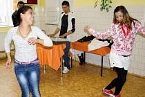 Temperamentní pěvecké i taneční vystoupeí předvedli žáci Základní školy v Jilemnického ulici v Tachově při závěrečné besídce čtrnáctidenního cyklu o romské menšině.