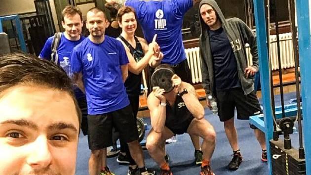 Triatlonový trenér Tomáš Plojhar (vlevo) se svými kolegy z Triatlonové akademie Plzeň (TAP) v posilovně.