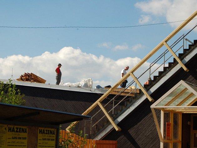 DĚLNÍCI stavební firmy v těchto dnech pracují na opravě střechy tachovského plaveckého bazénu.
