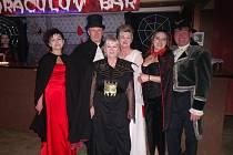 TÉMATICKY oblečený byl i starosta obce (vlevo) a ostatní členové, kteří se starali o chod večera.