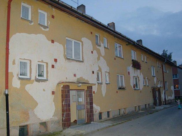 Takhle vypadají bytovky ve Vysočanech. Opadaná omítka na objektech není žádnou vyjímkou.