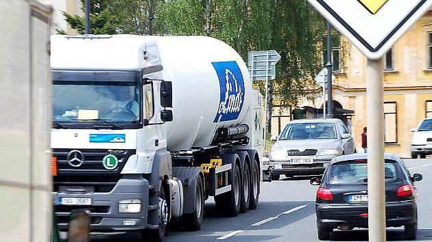 JAK DLOUHO JEŠTĚ budou projíždět tisíce vozidel Chodovou Planou se zatím neví, i když o obchvatu se intenzivně jedná.