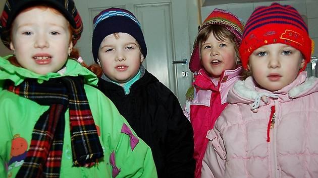 Do redakce přišli popřát vše nejlepší také (zleva) Kačenka Ledvinová, Víťa Maša, Barunka Zemanová a Iva Štípková ze Speciální mateřské školy v Tachově.