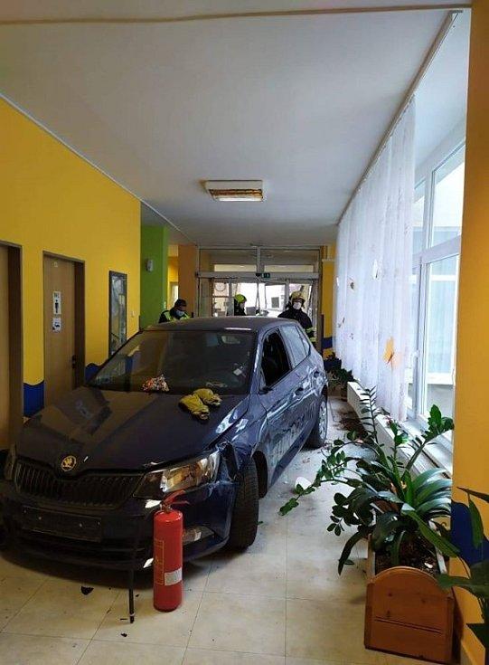 Osobní auto vjelo vneděli vpodvečer do domu seniorů Panorama vTachově.