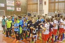 Účastníci florbalového turnaje elévů při nástupu. Tachovští v modrém.