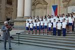 Tachovský dětský sbor se tentokrát představil v prostorách pražské valdštejnské zahrady. Součástí výletu na den dětí byla také návštěva senátu.