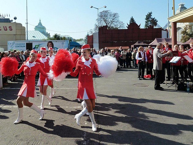 Dechový orchestr mladých Tachov společně s mažoretkami vystoupil v sobotu v Praze na dechovkovém festivalu Zlaté trumpety.