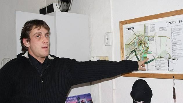 STAROSTA ZHOŘE Karel Starý u stávajícího územního plánu obce. V současné době pracuje obec na novém územním plánu.
