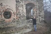 MIROSLAV CINGROŠ ukazuje část kostela sv. Apoleny, která musela být celá znovu vyzděna.