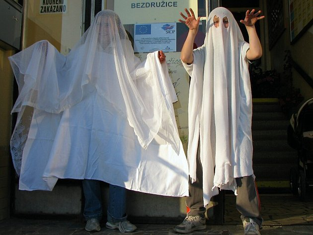 Návštěvníky výstavy vítala strašidla v podání Martiny Fialové (na snímku vlevo) a Jana Michalčáka.