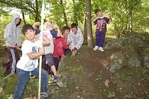 Na akci zvanou Landart přijeli umělci i studenti s dětmi.