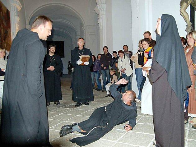 Jsem v tom nevinně, křičel bratr bylinkář Pankrác (ne zemi v provedení Jiřího Kasala), který byl podezřelý, že do piva přidával jedovaté byliny a jeho vinou tak měli mniši umírat.