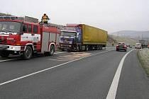 Dopravní nehodu tří automobilů způsobilo upadlé kolo z nákladního vozidla převážejícího dřevo.