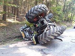 Traktor se převrátil mezi Žebráky a Hošťkou.