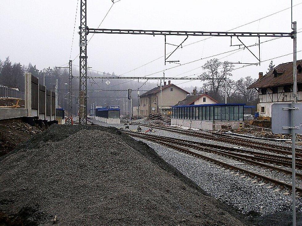 K nepoznání se v rámci optimalizace trati Plzeň – Cheb mění areál nádraží ve Svojšíně