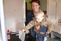 Eva Patčová z Orlova odvolila na volební průkaz a sebou vzala i dvouletého syna Vojtu.