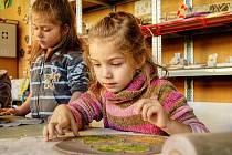 Děti v Mraveništi modelovaly keramické listí