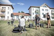 Trojice umělců vystoupila v Plané před dvěma domy s pečovatelskou službou.