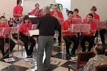 Liják znemožnil konání nedělního promenádního koncertu na stříbrském náměstí, proto se dechová hudba Zlatíčka přesunula do obřadní síně radnice.