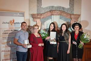 Cenu za Konstantinovy lázně přebírala Jana Fajfrová - koordinátorka projektu Začni v Plzeňském kraji.
