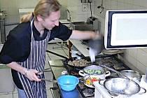 Devětadvacetiletý kuchař Jan Hvizdoš (na snímku), chce spolu se svým bratrem prodat zkušenosti získané v zahraničí.